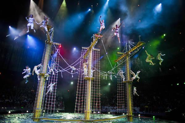 """9. Xem buổi biểu diễn """"The House of Dancing Water"""": Nhà hát có sân khấu nhạc nước với 2.000 chỗ ngồi, cùng một hồ nước ở giữa chứa hơn 14 triệu lít nước. Sự kết hợp giữa ballet uyển chuyển, những màn nhào lộn ngoạn mục, trang phục lộng lẫy cùng hiệu ứng đặc biệt của nhà hát sẽ cho du khách những giây phút mãn nhãn không thể quên. Ảnh: The House of Dancing Water."""