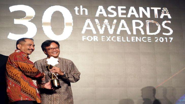 Giám đốc điều hành AirAsia Indonesia - Dendy Kurniawan đại diện cho công ty lên nhận giải thưởng