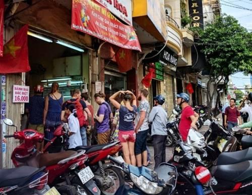 """Bánh mì Huỳnh Hoa  Tiệm bánh mì bán từ 3h chiều từng được nhiều blogger nước ngoài giới thiệu luôn kín người xếp hàng chờ mua. Nhiều thực khách cho rằng đây là bánh mì """"đắt nhất Sài Gòn"""" vì giá hiện nay là 37.000 đồng một ổ. Tuy nhiên món ở đây thu hút rất nhiều người ăn với quan điểm """"đắt xắt ra miếng"""". Ảnh: Voz."""