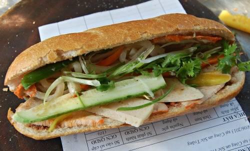Bánh mì Bảy Hổ  Xe bánh mì gần 80 năm ở đường Huỳnh Khương Ninh, quận 1 hút khách mỗi ngày với pate nhà làm rất ngon. Trước đây quán chỉ bán buổi chiều, vài năm gần đây đã bán thêm buổi sáng để đáp ứng nhu cầu của khách. Ảnh: Khánh Ly.