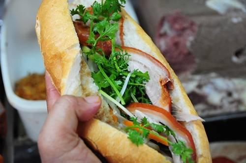 Bánh mì Hòa Mã  Tiệm bánh lâu đời được coi là ký ức ẩm thực Sài Gòn của nhiều người. Ở hẻm 53 Cao Thắng, quận 3, vào mỗi buổi sáng, rất nhiều người tìm đến đây, ngồi trên những chiếc ghế cũ kỹ chờ đến lượt phục vụ. Ảnh: Huấn Phan.