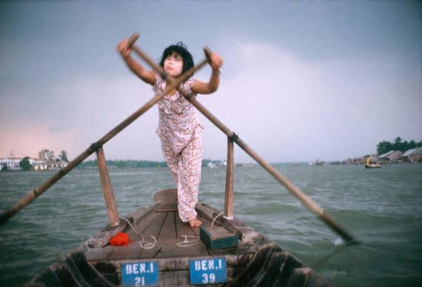 Vào năm 1994, ông có chuyến thăm Việt Nam và đã ghi lại những khoảnh khắc đời thường của người dân tại miền sông nước Cần Thơ. Trong hình là một cô gái chèo thuyền trên dòng sông Hậu.