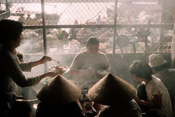 Bữa ăn sáng tại chợ nổi cũng là một trong những trải nghiệm hấp dẫn, để lại nhiều ấn tượng trong lòng du khách phương Tây. Bạn có thể húp nhanh tô hủ tiếu, tô bún riêu cua nóng hổi trên chiếc ghe nhỏ hay thưởng thức vị ngọt bùi của miếng bánh lá dừa ngọt bùi cùng ly cà phê đắng.