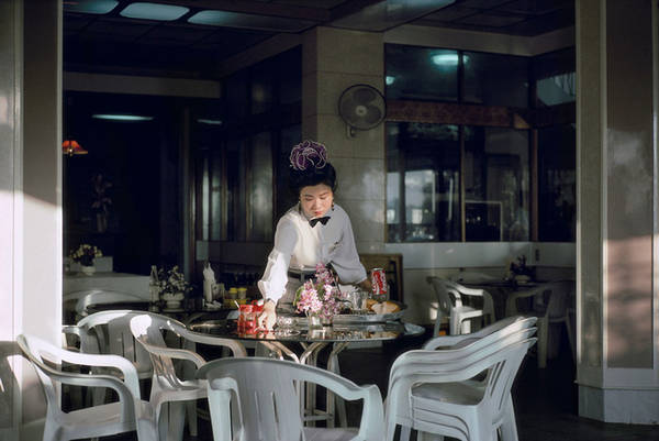 Một nữ phục vụ tại nhà hàng sang trọng thời đó.