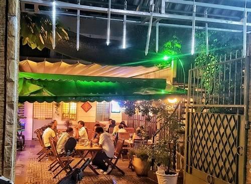 Mây Bốn Phương, quận 3 Biệt thự cổ kiểu Pháp 60 năm trong khu Vườn Chuối là địa chỉ ăn tối của nhiều người Sài Gòn trong 30 năm qua. Là quán ăn gia đình, nơi đây chủ yếu bán các món được nấu theo công thức gia truyền từ một người bác. Thực đơn thường có đủ món xào, nướng, lẩu... phù hợp với bữa tối sum vầy. Giá các món ăn từ 60.000 đồng, đĩa thức ăn đầy đặn. Ảnh: Thanh Tuyết.