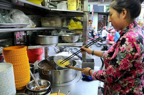 Quảng Huê Viên, quận Phú Nhuận Từ chiếc xe mì nhỏ với mấy chiếc ghế gỗ, nay thành quán ăn ở góc đường Phan Đình Phùng, đây là cái tên quen thuộc với những người sành ăn ở Phú Nhuận. Quán bán từ những năm 1940, là một trong số quán đồ Hoa lâu đời nhất Sài Gòn, với các món mì, hủ tiếu, nổi tiếng nhất là mì vịt tiềm. Ảnh: Thiên Chương.