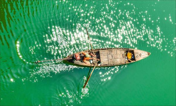 """Tác phẩm """"Vũ điệu mái chèo"""" của tác giả Shayne Vu chụp lại khoảnh khắc mái chèo nhịp nhàng khua sóng nước, hòa cùng ánh nắng lấp lánh trên dòng sông ở Buôn Mê Thuột (Đắk Lắk)."""