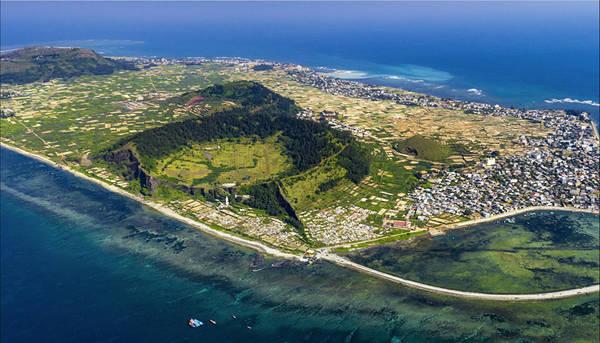 """bay-tren-moi-mien-to-quoc-qua-bo-anh-flycam-dau-an-viet-nam-ivivu-12 Dáng hình đảo Lý Sơn (Quảng Ngãi) nhìn từ bầu trời. Với góc này, chúng ta có thể thấy trọn vẹn hòn đảo xinh đẹp được bao bọc bởi biển xanh, nhà cửa san sát, những ngọn núi và các ô xanh trắng trên cánh đồng hành tỏi. Cuộc thi """"Dấu ấn Việt Nam"""" sẽ nhận bài dự thi đến hết ngày 28/8, kết quả sẽ được công bố từ 2/9 đến 5/9. Mời bạn gửi ảnh tham gia tại đây. Ảnh: Mai Thành Chương."""