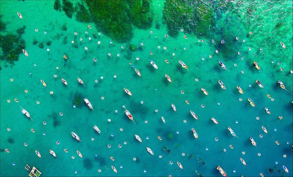 Thiên nhiên ban tặng nơi đây một màu nước xanh trong vắt. Những con thuyền lênh đênh trên biển trời bao la điểm tô cho bức tranh phong cảnh tuyệt đẹp của đất nước. Thiên nhiên kỳ diệu và cuộc sống yên bình, giản dị ở Cù Lao Xanh xứng đáng trở thành lựa chọn của những du khách muốn tránh xa những xô bồ thường nhật. Ảnh: Nguyễn Tiến Dũng.