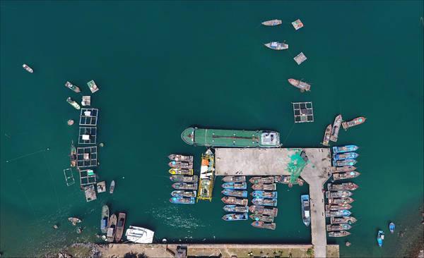 Bến cảng Đà Nẵng trong những ngày mùa gió biển động. Những con thuyền ở lại với bến bờ, chờ ngày sóng lặng sẽ lại nổ máy ra khơi cùng niềm tin được lưới mang về. Ảnh: Bảo Định Nguyễn.