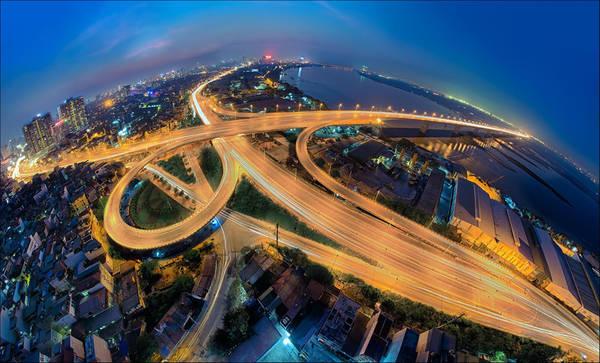Cầu Vĩnh Tuy (Hà Nội) được khởi công năm 2005 và khánh thành năm 2010 với chiều dài 3.690 m. Đây là một trong những nút giao thông huyết mạch của thủ đô. Công trình đẹp hơn rất nhiều khi nhìn toàn cảnh từ trên cao và dường như lung linh, lộng lẫy hơn về đêm. Cây cầu được kết hợp bởi những đường cong và thẳng đan vào nhau giúp tạo nên một bức tranh kiến trúc vô cùng tuyệt vời. Ảnh: Vũ Thị Anh Thủy.