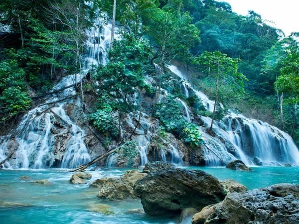Ngoài ra, du khách có thể đặt dịch vụ giải trí khác như những chuyến khám phá thác nước quanh resort. Một chuyến trekking dài 90 phút đưa du khách tới đầm nước xanh trong, có thể bơi lội. Giá mỗi chuyến như vậy là 175 USD/người. Các trải nghiệm hấp dẫn khác là khám phá đảo bằng xe jeep hoặc đi thuyền tới các vịnh biển gần đó.