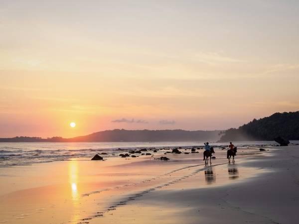 Ngắm bình minh trên đảo vào sáng sớm cũng là trải nghiệm không nên bỏ qua. Du khách có thể cưỡi ngựa trên bờ biển, lên các ngọn đồi, xuyên rừng nhiệt đới hay qua các cánh đồng lúa.