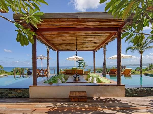 Năm 2012, Chris Burch và người bạn làm ngành khách sạn là McBride mua lại một hostel cũ trên bờ biển của đảo Sumba từ đôi vợ chồng Mỹ. Burch và McBride cùng gây dựng và mở cửa resort với tên Nihiwatu vào năm 2015, về sau đổi lại là Nihi.