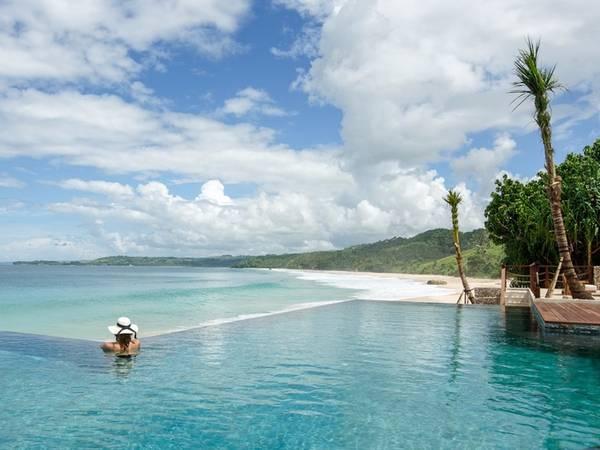 Bể bơi của căn nhà có hướng nhìn ra bãi biển Nihi, trong lòng Ấn Độ Dương.
