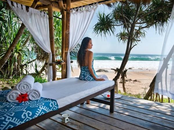 Lướt sóng là trải nghiệm không thể bỏ qua với du khách nghỉ tại Nihi, tuy nhiên khu nghỉ dưỡng này có luật lệ là không quá 10 người một lần lướt sóng tại đây. Khóa dạy lướt sóng theo từng buổi có giá 250 USD/người, và được phân chia theo trình độ.