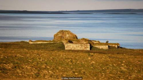 Tu viện đổ nát của Eynhallow có thể là tu viện chính của cả quần đảo Orkney. Ảnh: Mike McEacheran.