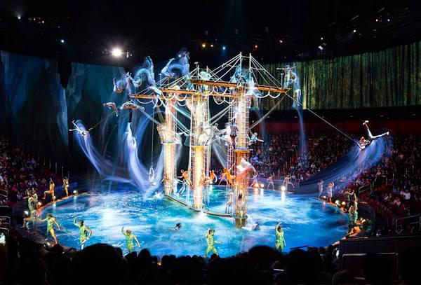 """Macau đã đạt một số thành tựu được ghi nhận là kỷ lục thế giới, chẳng hạn như ngành công nghiệp casino lớn mạnh, hay việc sở hữu địa điểm nhảy bungee thương mại cao nhất thế giới trong sách kỷ lục Guinness. Nhưng ấn tượng hơn cả chính là buổi trình diễn nghệ thuật """"The House of Dancing Water"""" - màn biểu diễn đáng kinh ngạc như ma thuật. Ảnh: Dragone Entertainment."""