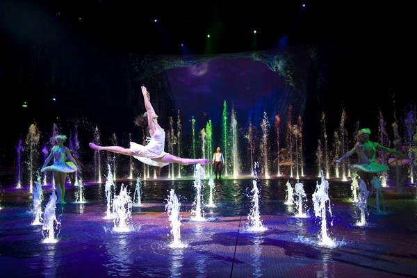 Một trong những điểm nổi bật của chương trình là cảnh khiêu vũ dưới nước, khi nước bay lên cùng nhịp điệu với nhạc. Khung cảnh được thực hiện nhờ 258 vòi phun nước được chiếu sáng rực rỡ bằng đèn LED. Ảnh: Dragone Entertainment.