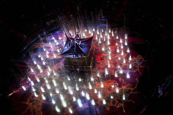 Sợi dây liên kết những phép thuật của show diễn là 11 thang nâng sân khấu tự động lớn nhất thế giới, có thể chịu tải trọng lên tới 26 tấn. Chúng vừa khớp với nhau, có thể nâng cao 1 m trên sân khấu hoặc hạ xuống 7 m, tạo ra một hồ bơi đủ sâu để thợ lặn nhảy từ độ cao 24 m. Ảnh: The Wonderful World of Dance.