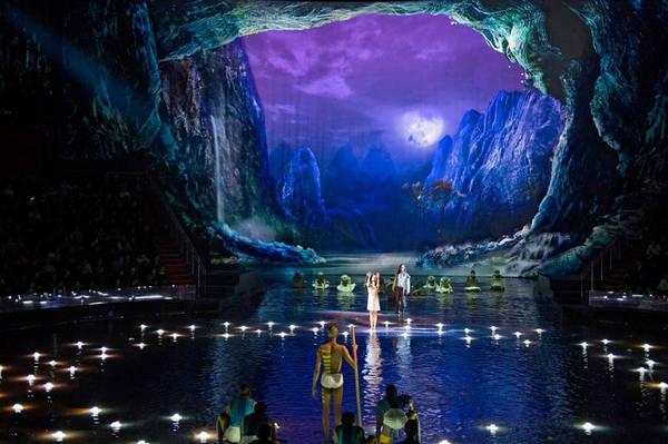Chương trình ra mắt lần đầu tại khu nghỉ dưỡng City of Dreams (Thành phố của những giấc mơ) ở Macau năm 2011. Nhà hát diễn ra buổi biểu diễn được thiết kế riêng biệt và mất tới 5 năm để xây dựng, chi phí lên tới hơn 250 triệu USD. Ảnh: Dragone Entertainment.