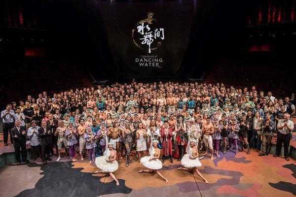 Dàn diễn viên gồm 90 nghệ sĩ biểu diễn quốc tế, trong đó có nhiều người là thợ lặn chuyên nghiệp và vận động viên thể dục, đem hơi thở từ cuộc sống lên sân khấu. Tuy nhiên, anh hùng thầm lặng của chương trình là các nhân viên sau cánh gà. Đội ngũ bao gồm 160 nhân viên sản xuất, gần gấp đôi số người biểu diễn. Ảnh: Dragone Entertainment.