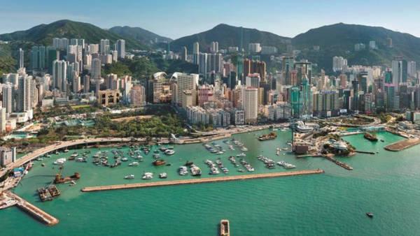 Sự phát triển vượt bậc của Hong Kong trong những năm gần đây cũng được cho là nhờ phong thủy tốt. Thành phố này có núi sau lưng và nước phía trước - một địa hình tốt trong các nguyên lý phong thủy. Ảnh: SCMP.