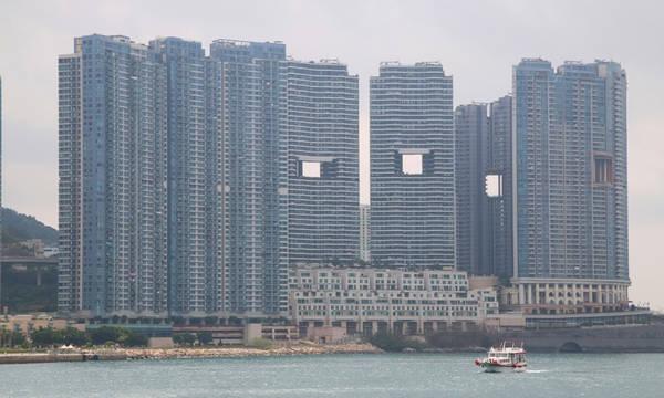 Theo truyền thuyết, những dãy núi là nơi ở của rồng - mang năng lượng tích cực và mạnh mẽ. Năng lượng này truyền qua Hong Kong khi chúng từ núi xuống biển để uống nước và tắm táp. Ảnh: Respondhub.
