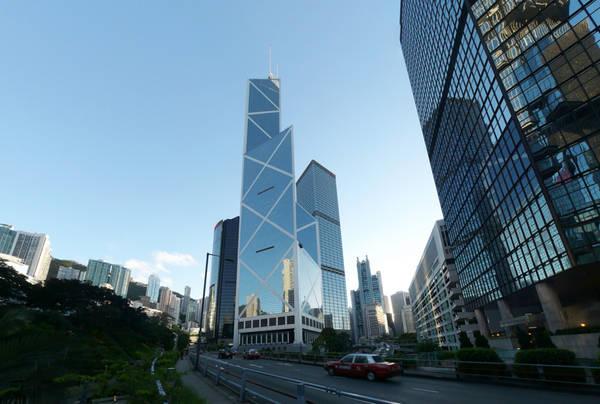 Tháp Bank of China không theo các nguyên tắc phong thủy và bị coi là không may mắn đến mức gần như không có ai thuê. Ảnh: Architectuul.