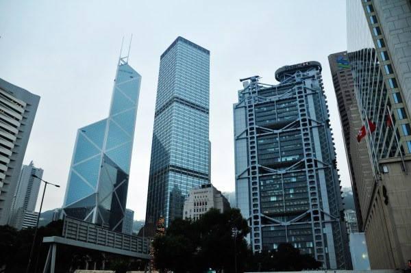 Để ngăn điều tương tự xảy ra, ngân hàng HSBC đặt hai tượng điêu khắc hình súng thần công trên nóc nhà. Ảnh: Quora.