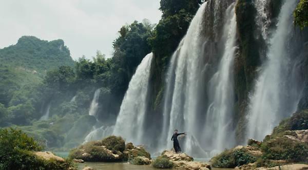 Mỗi năm, thác Bản Giốc thu hút một lượng lớn khách du lịch ghé thăm, dù di chuyển từ Hà Nội cũng khá xa. Bạn đi xe khách lên thành phố Cao Bằng, sau đó đi thêm 90 km để đến thác Bản Giốc, tổng cộng quãng đường khoảng 400 km. Bạn có thể kết hợp tham quan động Ngườm Ngao, hang Then, hang Pác Bó... đều là những địa danh vang danh một vùng rừng núi phía Bắc. Ảnh: jacco kliesch