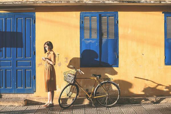 Phần lớn cảnh quay được thực hiện ở một ngôi nhà mang đậm phong cách kiến trúc Việt cổ. Khán giả mê mẩn từng cảnh quay khi cô gái mặc chiếc váy dài, đạp xe qua từng con phố treo đèn lồng xanh đỏ đẹp như một bức tranh. Những hình ảnh thân thuộc của Hội An đều xuất hiện trong video đầy sắc màu như mảng tường vàng kinh điển, giàn hoa giấy, dãy phố đèn lồng nhiều màu sắc...