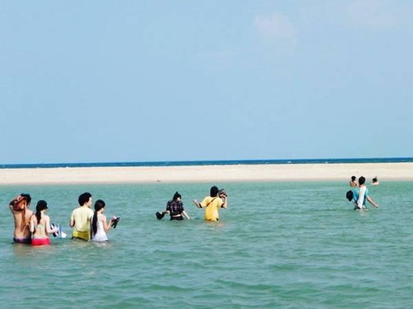 Để ra biển Suối Ồ, bạn phải lội qua một con suối nước ngọt. Ảnh: ST