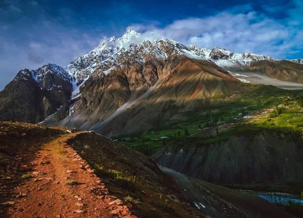 Đèo Shandur Còn được gọi là đỉnh Shandur, đây là nơi có cao nguyên cỏ xanh mướt và rất cao như một ốc đảo giữa những đỉnh núi có địa hình và điều kiện tự nhiên khắc nghiệt. Đây còn là nơi có sân chơi polo (mã cầu) cao nhất thế giới. Vào tháng 7 hàng năm, các đội chơi từ những quận Gilgit và Chitral băng qua cao nguyên tìm tới đây để tổ chức các trận đấu.