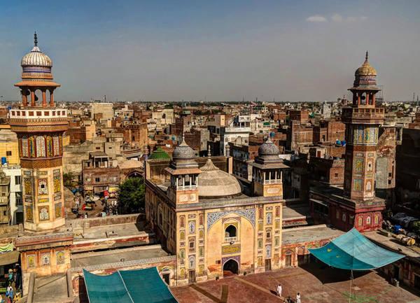 Lahore Nói đến một nơi có nhiều thánh đường Hồi giáo thì Lahore là thành phố mà không nơi nào trên thế giới bì kịp. Ngoài thánh đường Wazir Khan đầy hình chạm khắc, và thánh đường nhiều cấu trúc xoắn ốc như Badshahi, du khách có thể dành tất cả thời gian ở Lahore để tham quan những công trình kiến trúc tôn giáo đáng ngưỡng mộ khác.
