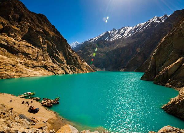 Hồ Attabad Một trong những kỳ quan tự nhiên của Pakistan là hồ trên núi Attabad được tạo ra sau thảm họa năm 2010, đất đá rơi xuống chặn dòng sông Hunza thành một đập nước tự nhiên. Lũ lụt năm đó đã khiến 6.000 người thiệt mạng và để lại hồ Attabad xanh trong như ngày nay.