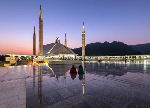 Thánh đường Shah Faisal Đây là một thánh đường hiện đại ở Islamabad và cũng là địa điểm ''hớp hồn'' các nhiếp ảnh gia thế giới. Thánh đường được xây dựng năm 1986 được lấy ý tưởng thiết kế từ những lều trại Bedouin, có sức chứa tới 10.000 người trong phòng cầu nguyện và 64.000 người ở khuôn viên sân vườn bên ngoài.