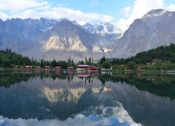 Hồ Shangrila Chỉ có những người muốn tới hồ Shangrila mới tìm thấy nó. Hành trình đến hồ trải qua 7 tiếng trekking qua quốc lộ Karakoram tới làng Skardu. Đây là hồ trên núi trong lành nhất ở Pakistan. Ven bờ hồ có cả khu nghỉ dưỡng Shangrila, một ngôi chùa bao quanh là cây cối xanh tươi, vừa sang trọng vừa yên bình.