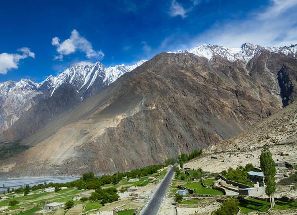 Quốc lộ Karakoram Quốc lộ chạy qua những dãy núi hùng vĩ và cả cung đường cao bậc nhất thế giới. Karakoram nối Pakistan và Trung Quốc (nên còn biết đến với tên quốc lộ Hữu Nghị), bắt đầu từ dòng sông Gilgit thơ mộng tới phía bắc của thành phố Kashgar thuộc Trung Quốc.