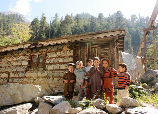 Swat Swat còn được gọi là ''Thụy Sĩ của Pakistan'' nhưng không có nghĩa mọi chuyện ở đây đều xảy ra chính xác như giờ đồng hồ Thụy Sĩ. Tuy nhiên, cảnh đẹp thiên nhiên ở đây rất khó chối từ, đó là những rừng thông bao phủ núi, điểm xuyết thêm vài ngôi làng nhỏ ven hồ và các thung lũng phủ đầy hoa lá.