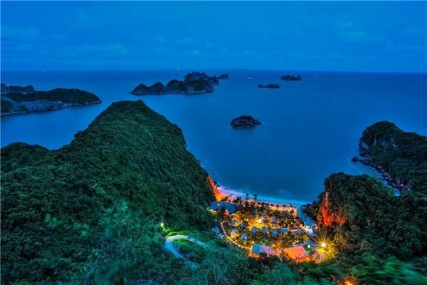 Cát Bà, Hải Phòng Hòn đảo nổi tiếng với không khí trong lành, nước biển xanh như ngọc và nhiều điểm tham quan thú vị như đảo Khỉ, các hang động... Cát Bà về đêm chỉ sáng đèn ở khu nghỉ dưỡng, bao trùm là màu xanh thẫm của nhiên nhiên nơi đây.