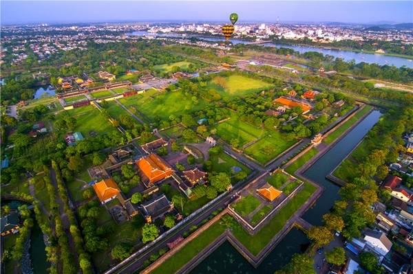 Đại Nội, Thừa Thiên Huế Kinh thành Huế được xây dựng trên một mặt bằng diện tích hơn 500 ha, bao gồm Hoàng Thành và Tử Cấm Thành, được gọi chung là Đại Nội, có hơn 100 công trình kiến trúc đẹp ở nhiều khu vực khác nhau với các chức năng riêng. Nơi này là một trong số các di tích thuộc cụm Quần thể di tích Cố đô Huế được UNESCO công nhận Di sản Văn hóa thế giới từ năm 1993.