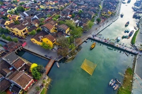 Hội An, Quảng Nam Phố cổ ven sông Hoài có những ngôi nhà mái ngói đặc trưng. Thăm các nhà cổ, hội quán, chùa Cầu, tối nghe hát bài chòi là những trải nghiệm du khách nên thử ở Hội An.