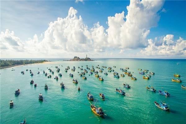 Mũi Kê Gà, Bình Thuận Cách thành phố Phan Thiết khoảng hơn một tiếng chạy xe máy, mũi Kê Gà là nơi có sức hút với những ai yêu thích vẻ đẹp hoang sơ và hùng vĩ. Bạn có thể thuê cano ra hòn đảo nhỏ, tham quan nhưng không thể leo bậc thang lên đỉnh của hải đăng nữa.