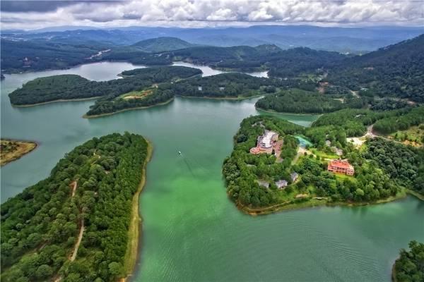 Hồ Tuyền Lâm, Lâm Đồng Hồ Tuyền Lâm cách trung tâm Đà Lạt khoảng 6 km, có nhiều hoạt động du lịch sôi nổi như chèo thuyền, hái dâu, khám phá hệ sinh thái trong rừng... Vào mùa hoa mai anh đào (tháng 1-2), khu vực này có nhiều hoa nở, càng thu hút du khách.