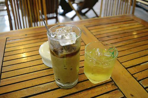 Thực đơn của quán đơn giản với những món nước thông thường như cà phê, cà phê sữa đá với giá trung bình khoảng 20.000 đồng. Ảnh: Phong Vinh.