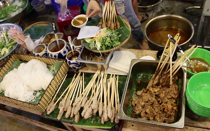 Nem lụi, thịt nướng đặc sản Đà Nẵng ăn kèm với rau sống, cuốn bánh tráng, giá 5.000 đồng một xiên.