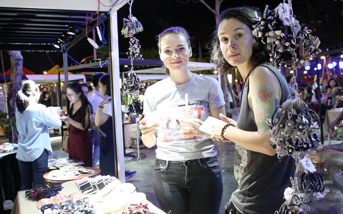 Nhiều du khách nước ngoài tham quan phiên chợ, thích thú với các món phụ kiện giá rẻ, mua làm quà lưu niệm.