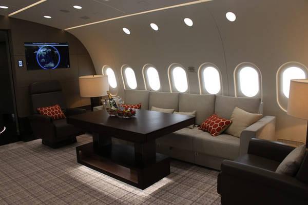 Một giờ bay trên Dream Jet đắt gấp ba lần một chuyến bay trên căn suite hạng sang của hãng Etihad, sử dụng dòng máy bay Airbus A380. Tuy nhiên, khi thuê bao nguyên chuyến bay xa xỉ này, bạn có toàn quyền quyết định những dịch vụ trên máy bay. Bạn sẽ không phải chia sẻ máy bay với người lạ như trên những chuyến bay thương mại.