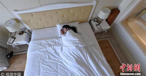 Nghề ngủ thuê giúp Sa Sa có cơ hội đi du lịch miễn phí khắp nơi. Ảnh: Chinanews.